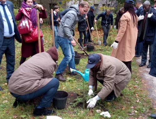 Planting d'arbres à l'université agricoles en compagnie des autorités du district